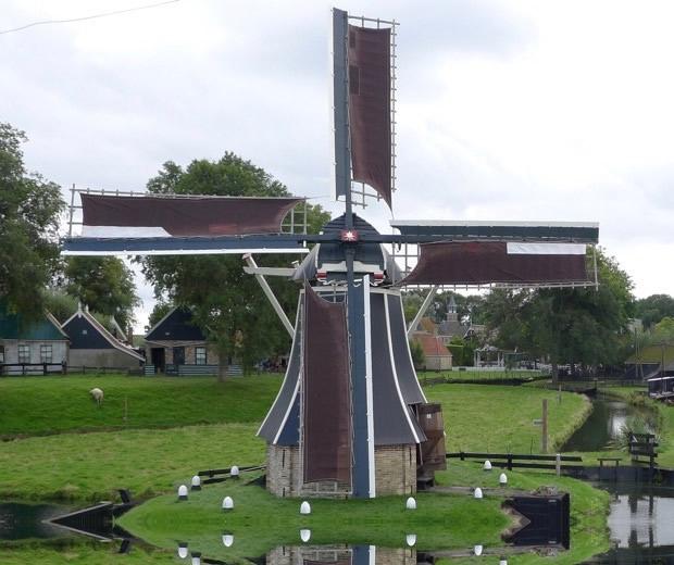 Deze molen stond in het land bij de boerderij onder Hemelum en staat nu in het Zuiderzeemuseum (buitenmuseum) Enkhuizen.